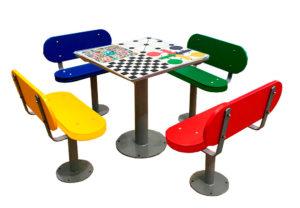 Mesas de exterior con ajedrez, oca, parchis y 3 en raya