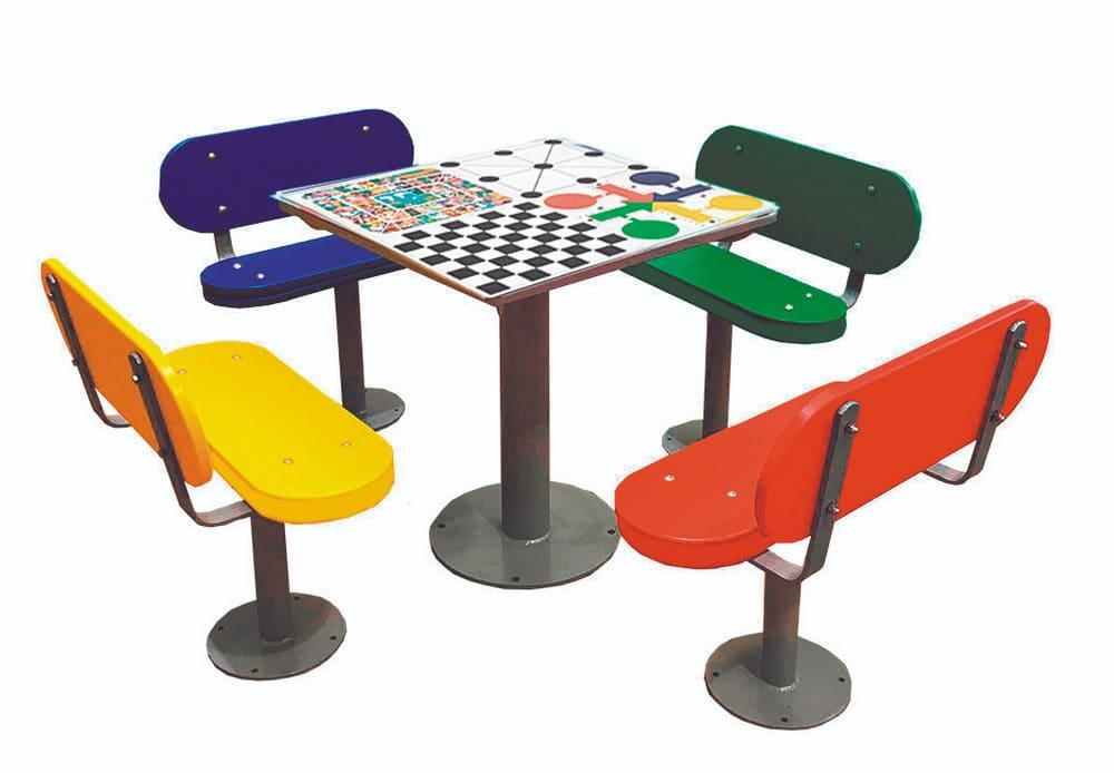 Mesas de exterior con ajedrez, oca, parchís y 3 en raya