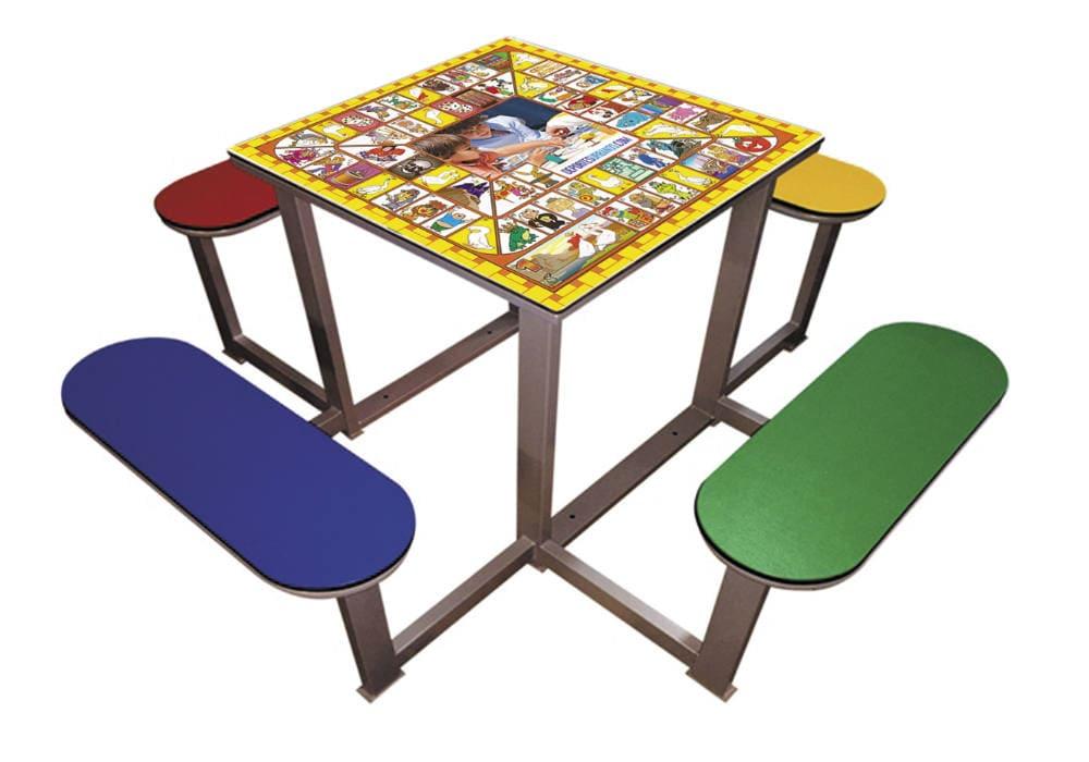 Mesa exterior con juego la Oca y 4 bancos
