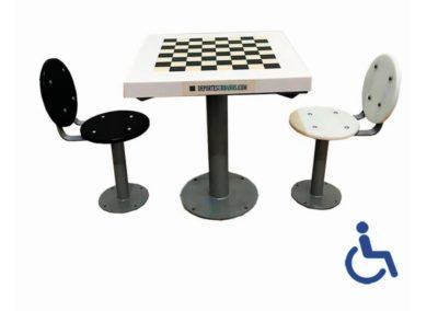 Mesa de ajedrez exterior adaptada con asientos con respaldo