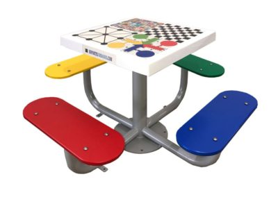 Mesa de juegos con tablero antivandálico y 4 bancos