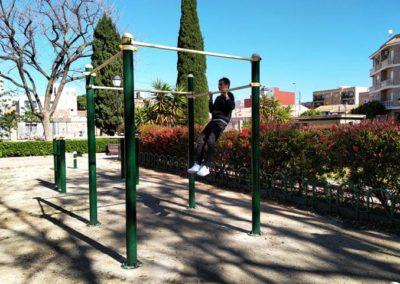 Entrenamiento con dominadas en parque de calistenia