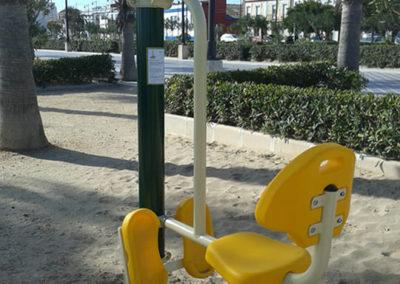 Instalación de columpio en parque saludable