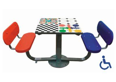 Mesa exterior de juegos accesible con 2 bancos con respaldo
