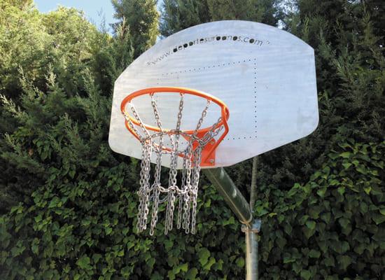 Canasta de baloncesto instalada en exterior