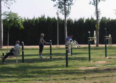 Parque público con máquinas biosaludable