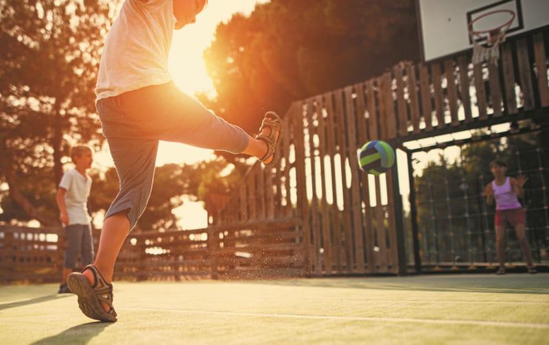 Jugando al fútbol en una portería antivandálica con canasta