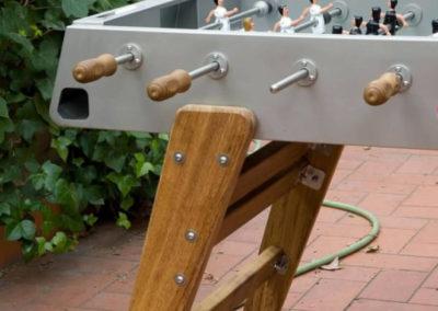 Detalle del futbolín para exterior de acero-madera