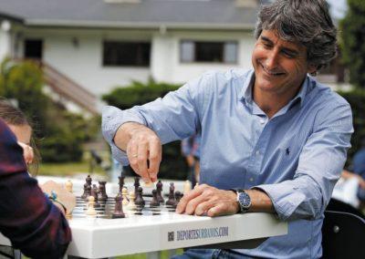 Jugando en una mesa de ajedrez exterior