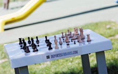 Mesas de ajedrez con bancos para parques públicos