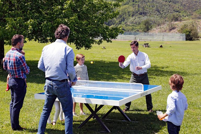 Jugando al ping pong en el parque