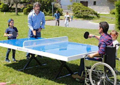 Mesas de ping pong exterior en parque urbano