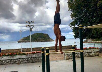 Ejercicio en un parque de calistenia con barras de street workout