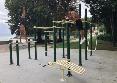 Entrenamiento en un parque de street workout