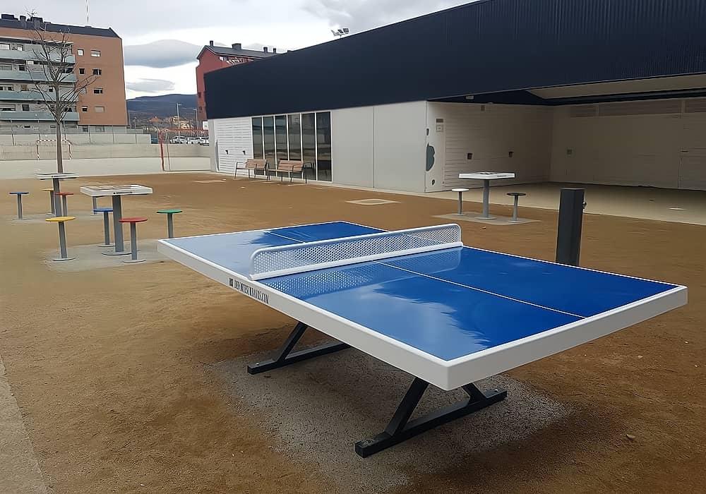 Mesa ping pong y multijuegos en un patio de colegio