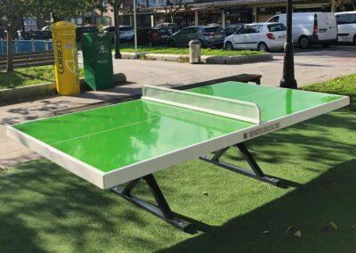 Mesa ping pong en un parque de ciudad