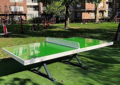 Mesa ping pong exterior en un parque biosaludable
