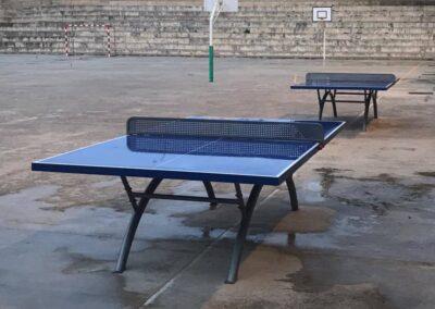 Mesas ping pong Economic Plus en un patio de colegio