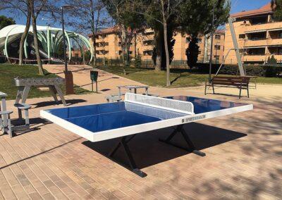Mesa de ping pong Forte y equipamiento deportivo en una plaza pública
