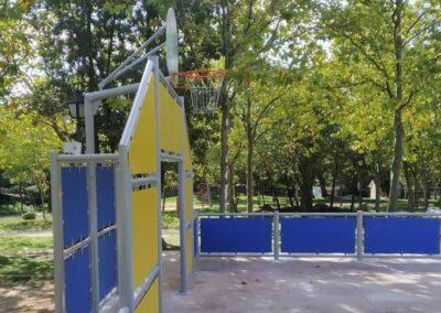 Pista multideportiva con portería de fútbol y canasta baloncesto