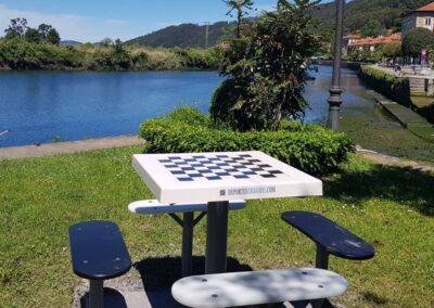 Mesa ajedrez en parque público