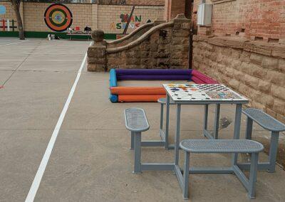 Mesa de juegos en patio de colegio