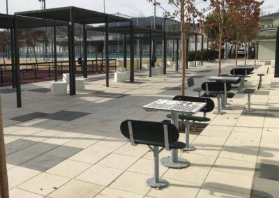 Mesas de juegos en parque urbano
