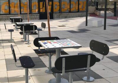 mesas multijuegos en una plaza urbana