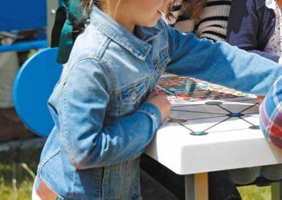 niños jugando a juegos de mesa exterior