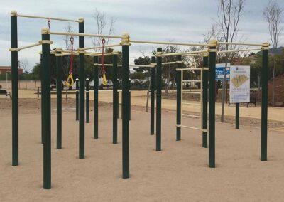 Parque de Street Workout con aparatos y cartel