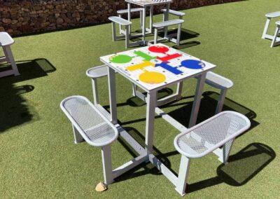 Mesa de parchís instalada en el patio de en un CEIP