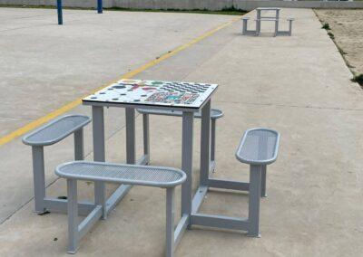 Mesa de juegos educativos en el patio de un instituto