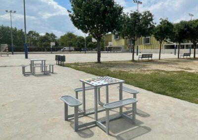 Juegos de mesa educativos en un gran patio de colegio