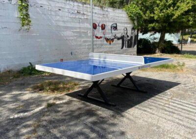 Mesa de ping pong, modelo Forte, en el patio de un instituto