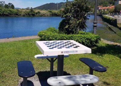 Mesa de ajedrez en un parque público.