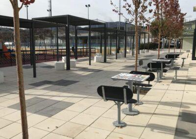 Mesas de ajedrez y juegos en una plaza de la ciudad