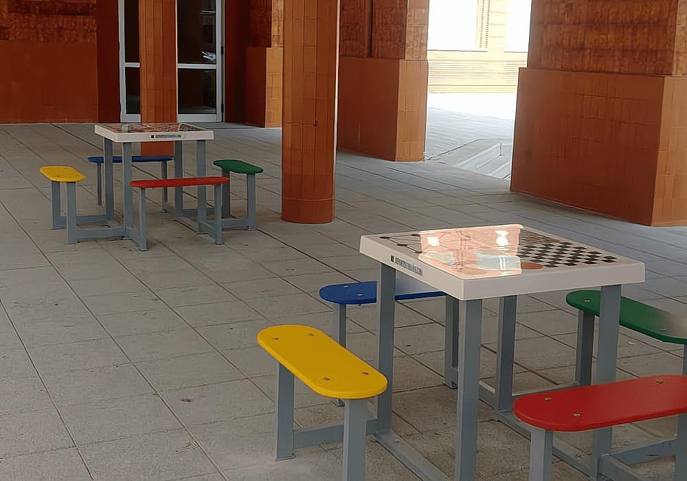 Mesas de juegos con ajedrez en la ciudad.
