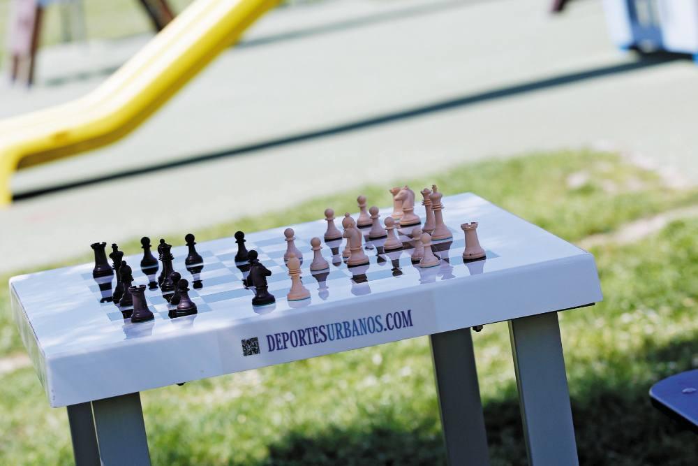 Detalle de una mesa de ajedrez en un parque.