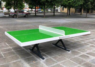Mesa ping pong, modelo Forte, instalada en una plaza urbana.