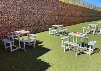 Mesas de ajedrez y otros juegos de mesa en un parque urbano.