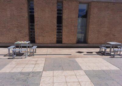 Mesas de juegos instaladas en espacio público.
