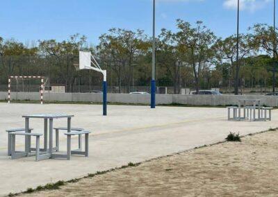 Mesas de ajedrez instaladas en un espacio deportivo público.