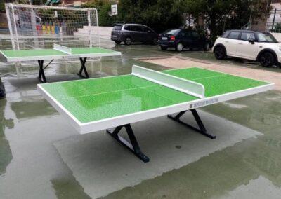 2 mesas de ping pong, modelo Forte, instaladas en el patio de un colegio.