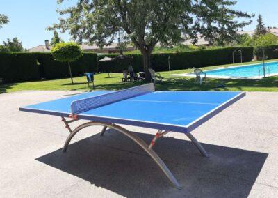 Mesa de ping pong Economic Plus en una urbanización con piscina