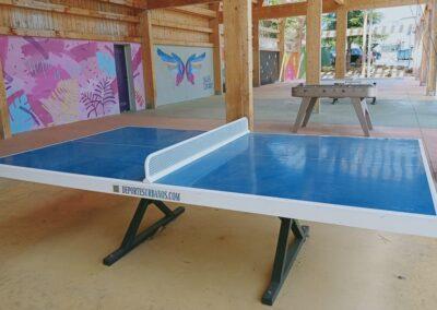 Espacio urbano recreativo con mesas ping pong y futbolines Forte.