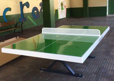 Mesa de tenis de mesa en un colegio.