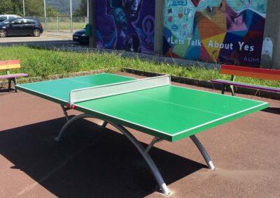Mesa ping pong Economic Plus en zona escolar.