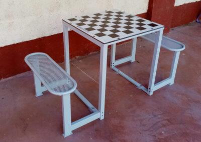 Mesa de ajedrez exterior con tablero compacto y 2 bancos de acero galvanizado.