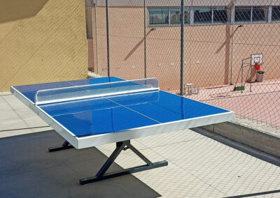 Mesa de ping pong Forte instalada en un instituto.