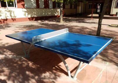 Mesa de ping pong modelo Sport instalada en el patio de un colegio.